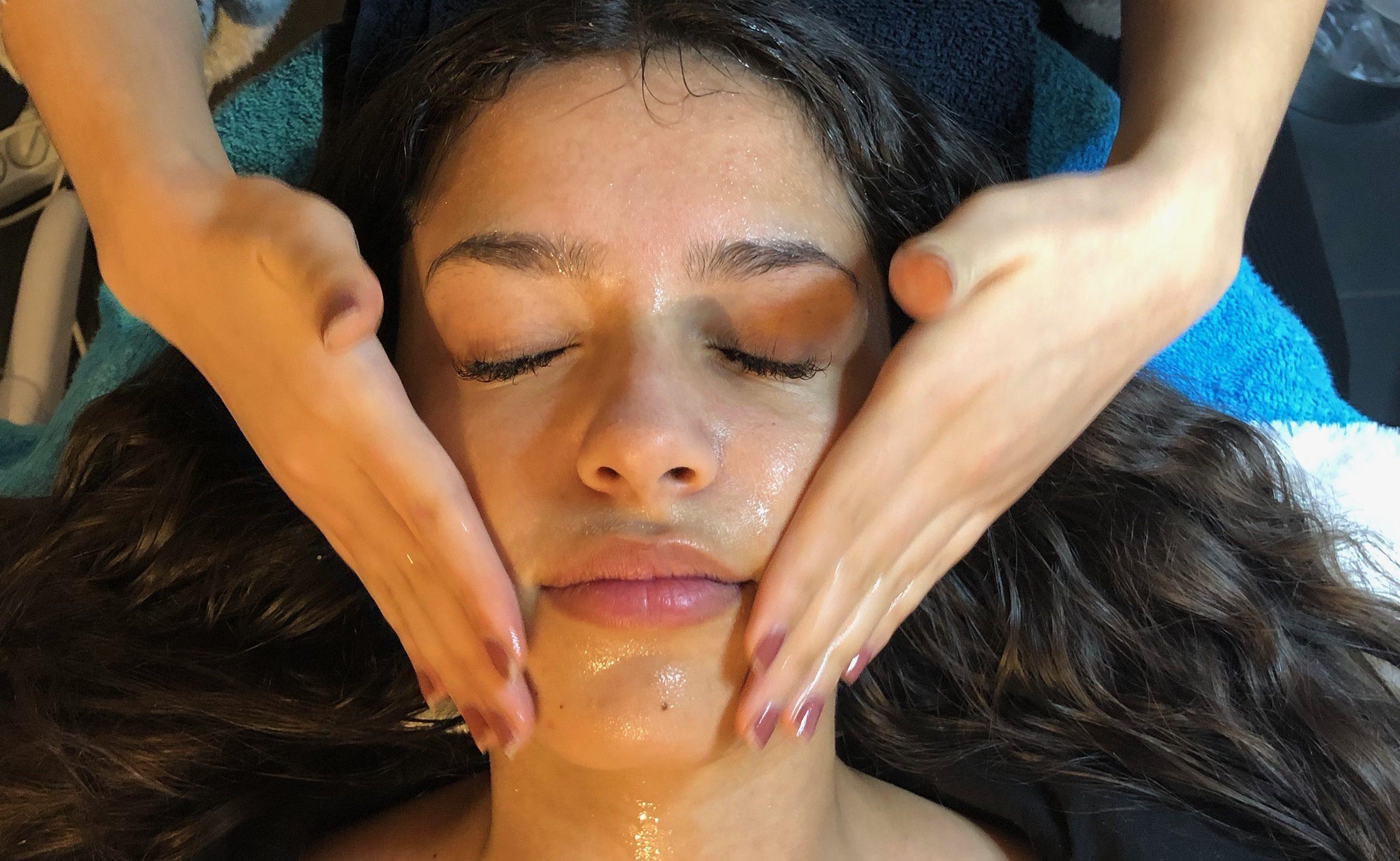 Tiener gezichtsbehandeling voor de jonge huid